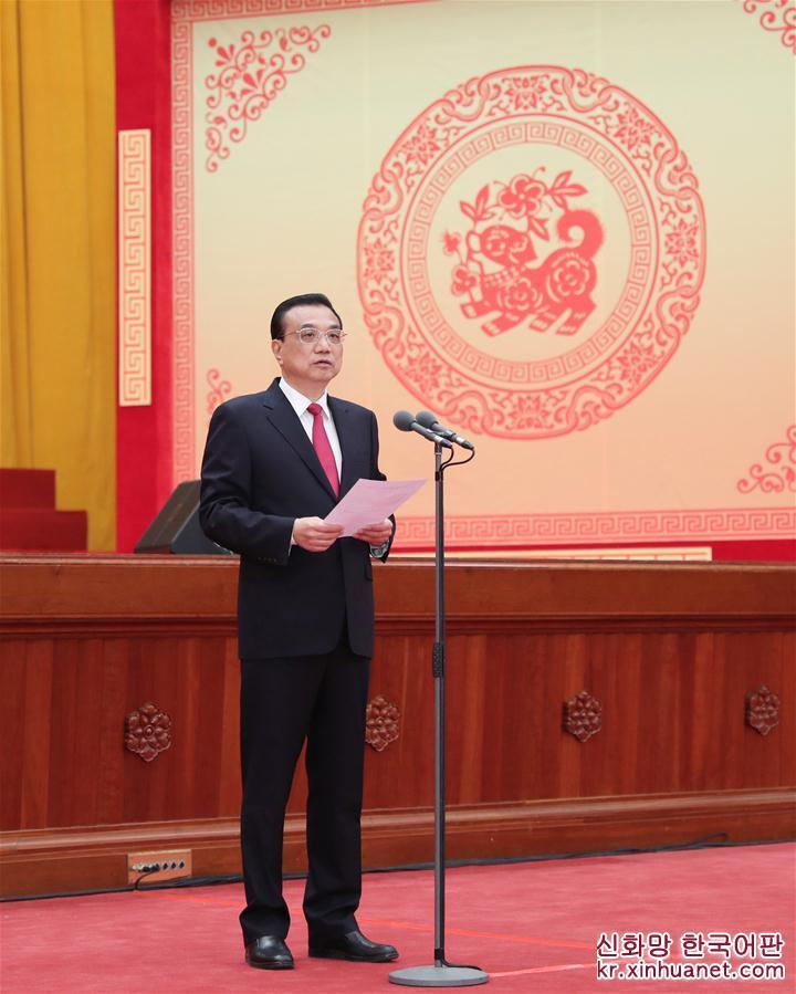 리커창 중공중앙정치국 상무위원, 국무원 총리가 단배식을 주재했다. [촬영/ 신화사 기자 셰환츠(謝環馳)]