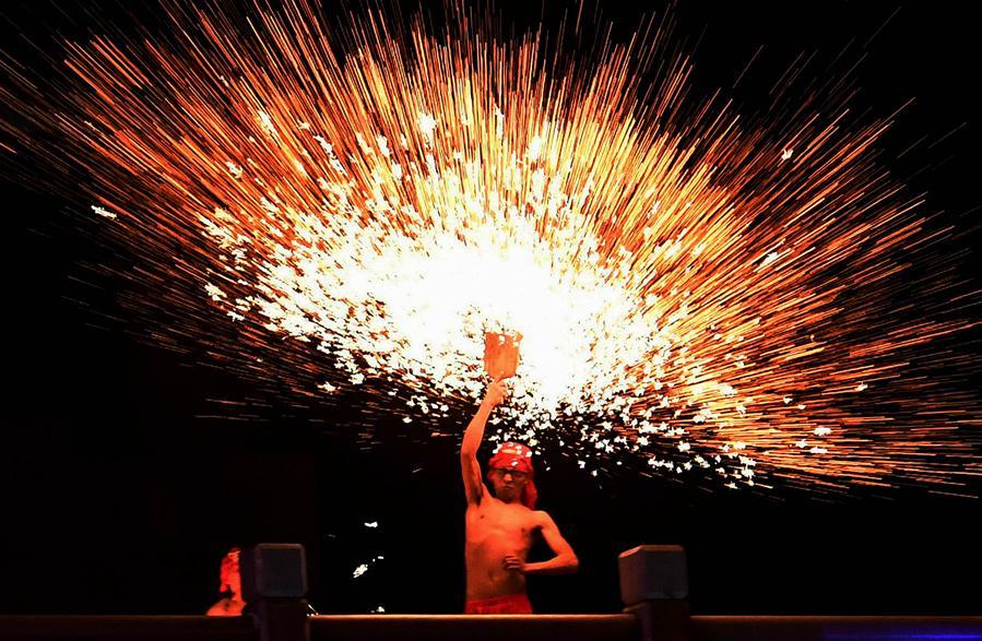 2월 17일, 민간 장인이 쿤밍(昆明) 엑스포 가든에서 &amp;lsquo;타철화(打鋼花, 다른 액체와 섞은 쇠 물을 공중으로 뿌리며 현란한 불꽃 퍼포먼스를 하는 민간 설맞이 풍속)&amp;rsquo; 공연을 하고 있다. 윈난(雲南) 쿤밍 엑스포 가든은 &amp;lsquo;화룡철화(火龍鋼花)&amp;rsquo; 등 멋진 프로그램으로 각 지역의 관광객을 유치했다. [촬영/ 신화사 기자 린이광(藺以光)]<br/>