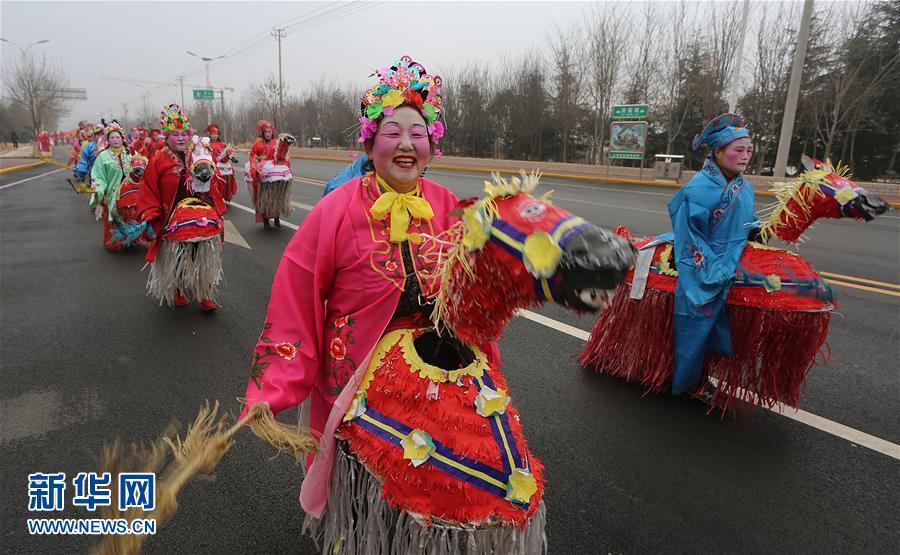 2月22日,民间艺人在山东省枣庄市山亭区街头巡演。