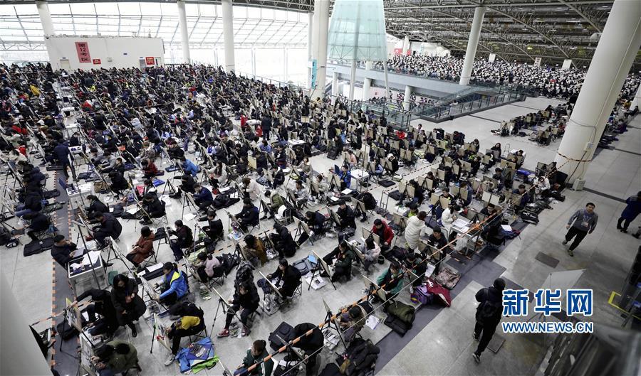 2月24日,在山东济南舜耕国际会展中心,考生参加山东工艺美院举行的美术类专业考试。