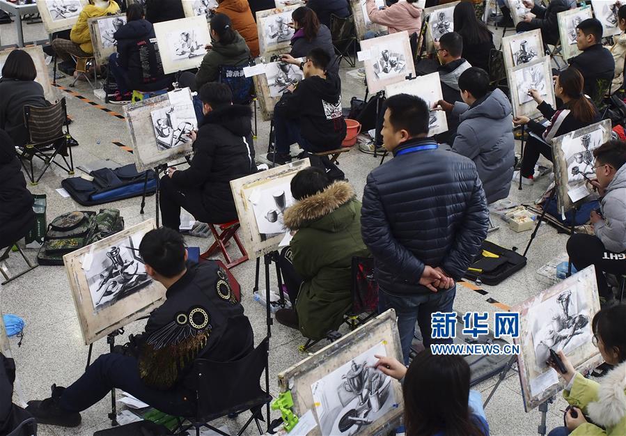 2月24日,在山东济南舜耕国际会展中心,考生参加山东工艺美院举行的美术类专业考试。<br/>
