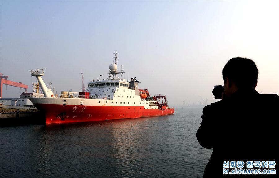 3월 10일, 한 남자가 칭다오(青島) 모항에 정박한 &amp;lsquo;커쉐(科學, 과학)&amp;rsquo;호 선박의 모습을 찍고 있다.<br/>  국가 과학기술 기초자원탐사 프로젝트인 &amp;lsquo;서태평양 전형적 해산 생태시스템 과학탐사&amp;rsquo; 프로젝트의 지지 하에, 중국과학원 해양연구소는 마젤란 해산 과학탐사를 위한 항행을 조직 및 실시했다. 3월 10일, 중국과학원 해양연구소, 성학연구소, 산둥(山東)대학, 중국수산과학연구원 동중국해 수산연구소 등 부서의 80명 탐사대원과 선원은 중국의 차세대 원양종합과학탐사선 &amp;lsquo;과학&amp;rsquo;호를 타고 칭다오 모항을 떠나 서태평양으로 출항했다. [촬영/ 신화사 기자 장젠쑹(張建松)]<br/>