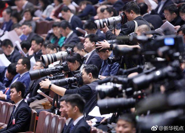 聚焦全国两会的中外记者