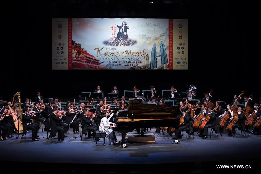 Malaysian pianist Claudia Yang (front) and musicians of China National Symphony Orchestra perform during the &quot;Belt and Road&quot; Malaysia-China friendship piano symphony concert in Istana Budaya in Kuala Lumpur, Malaysia, March 17, 2018. (Xinhua/Zhu Wei)<br/>