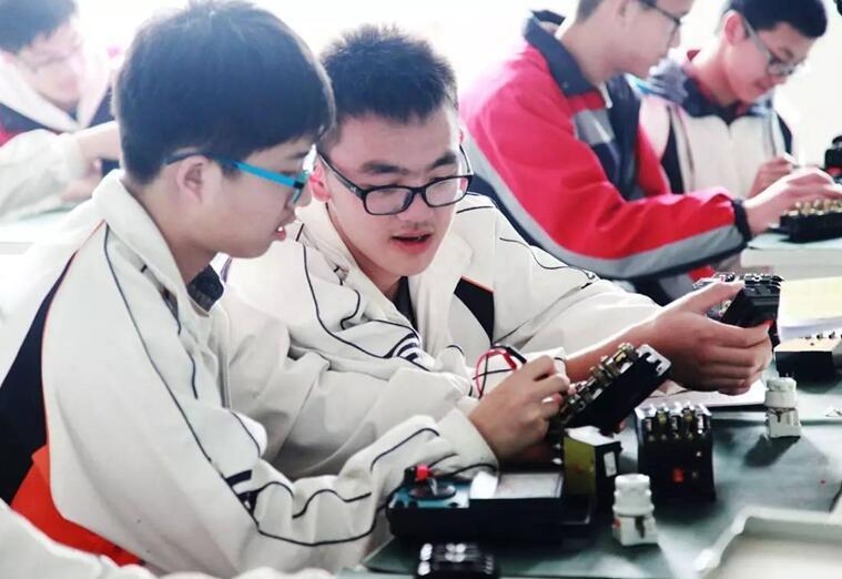 """山东省5年内培养10万名""""齐鲁工匠"""" 对接十强产业"""