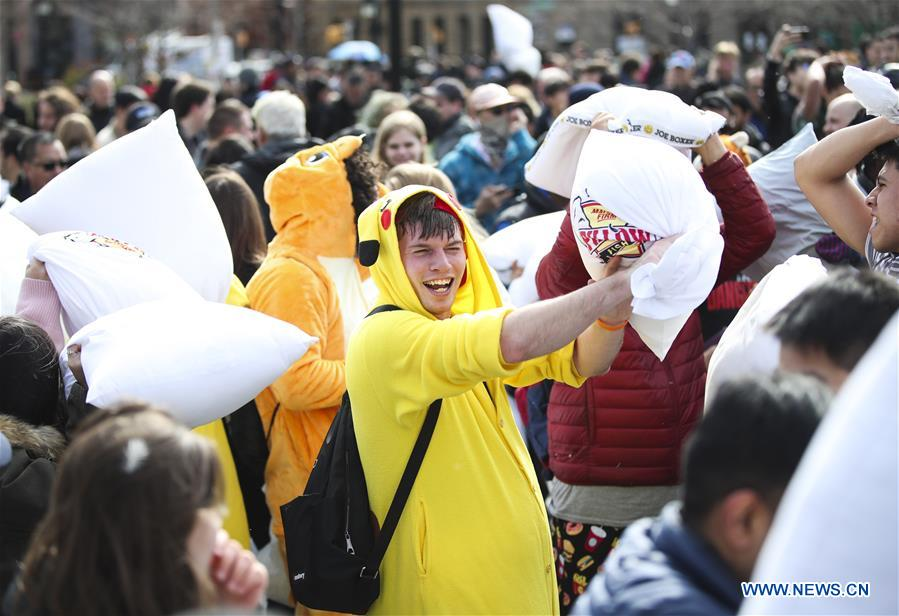 People participate in a pillow fight in New York, the United States, on April 7, 2018. Hundreds of people took part in the annual event to reduce stress and enjoy themselves here on Saturday. (Xinhua/Wang Ying)<br/>