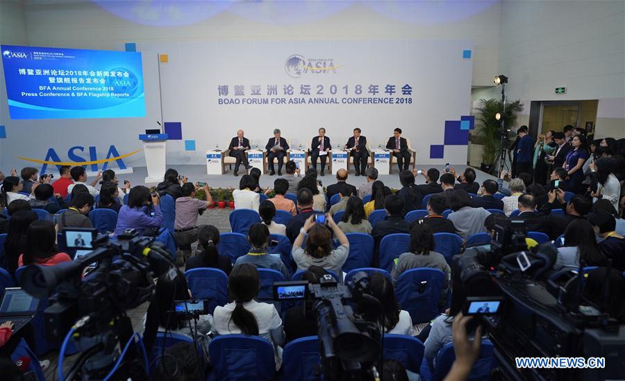 Zhou Wenzhong (C), secretary general of the Boao Forum for Asia (BFA), addresses a press conference of the BFA Annual Conference 2018 in Boao, south China's Hainan Province, April 8, 2018. (Xinhua/Xing Guangli)