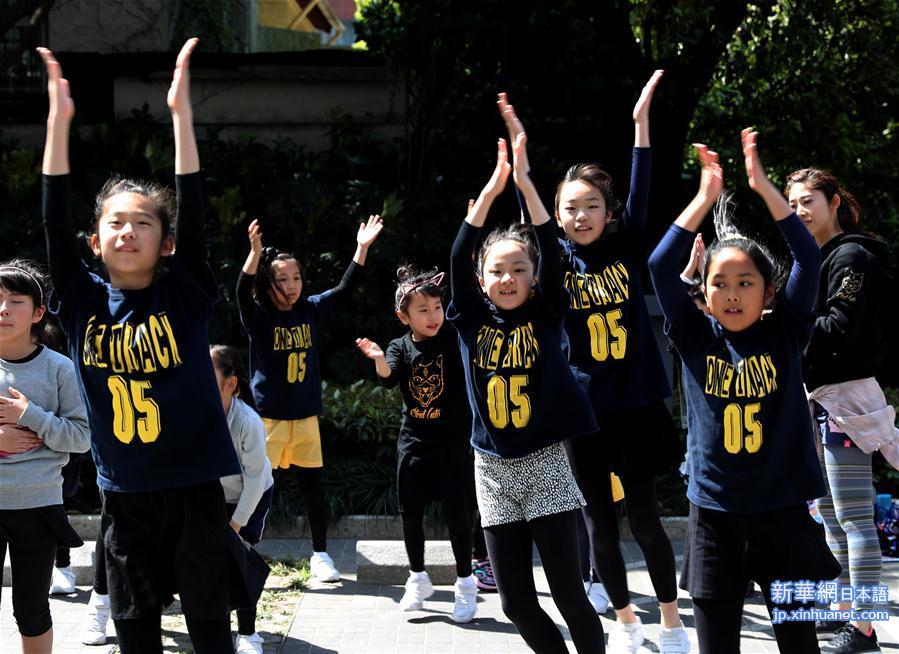 7日、あるデパートが開催した「さくら祭り」のイベントで、元気よく踊る子供たち。(新華社記者/劉穎)<br/>  上海市民や観光客らが清明節の3連休に各地を訪れ、音楽やグルメ、公演などのイベントに足を運び、うららかな春の日の休日を思う存分楽しんだ。<br/>