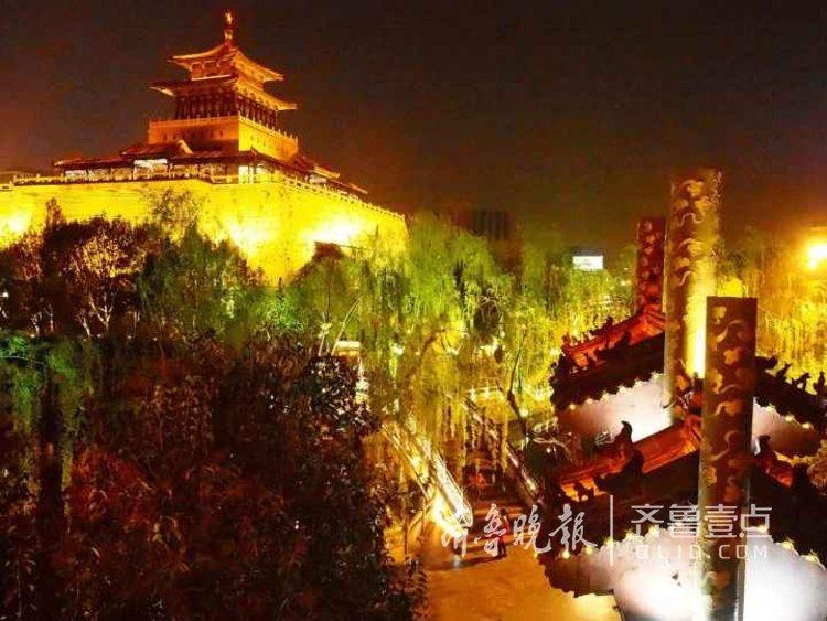 <br/>  10日,济南护城河南段,各种灯光齐亮,比白天多一份浪漫和绚烂。<br/>