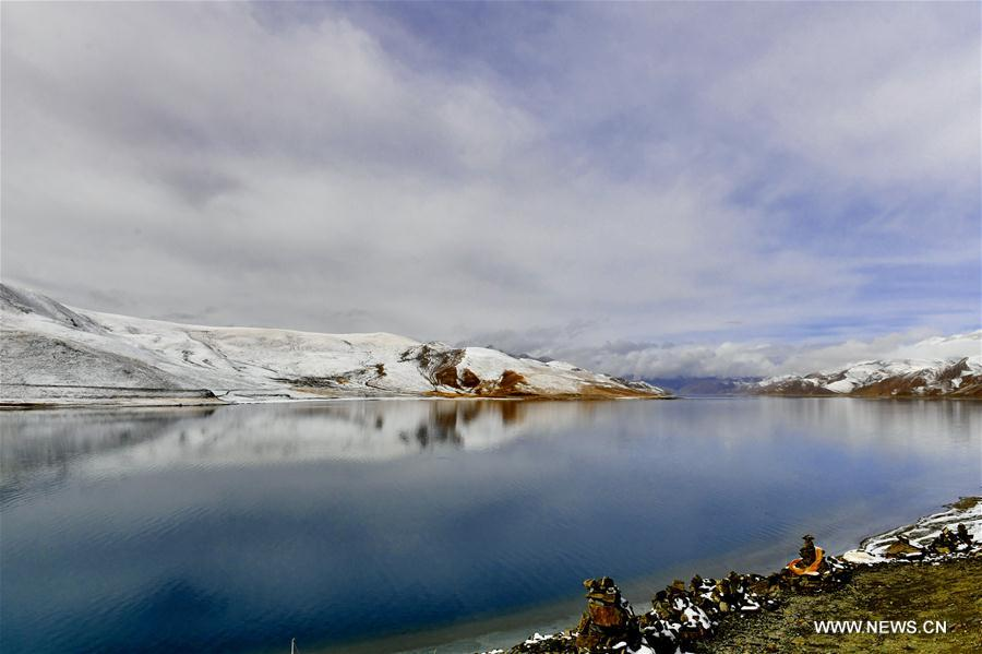 Photo taken on April 8, 2018 shows the spring scenery by the Yamdrok Lake in Nagarze County of Shannan City, southwest China's Tibet Autonomous Region. The Yamdrok Lake, about 100 kilometers south of the region's capital Lhasa, is one of the three holy lakes in the region. (Xinhua/Zhang Rufeng)<br/>