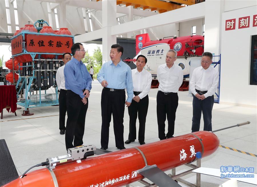 12日、三亜市の中国科学院深海科学工程研究所で、水中グライダー「海翼」や深海着陸装置「天涯」を観察する習近平氏。(新華社記者/謝環馳)