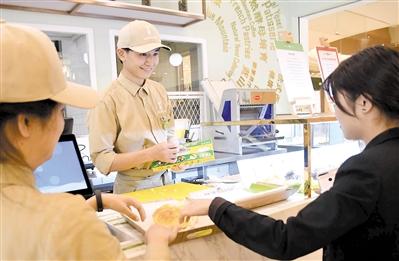 无声面包店获赞无数 店员大部分为听障人士