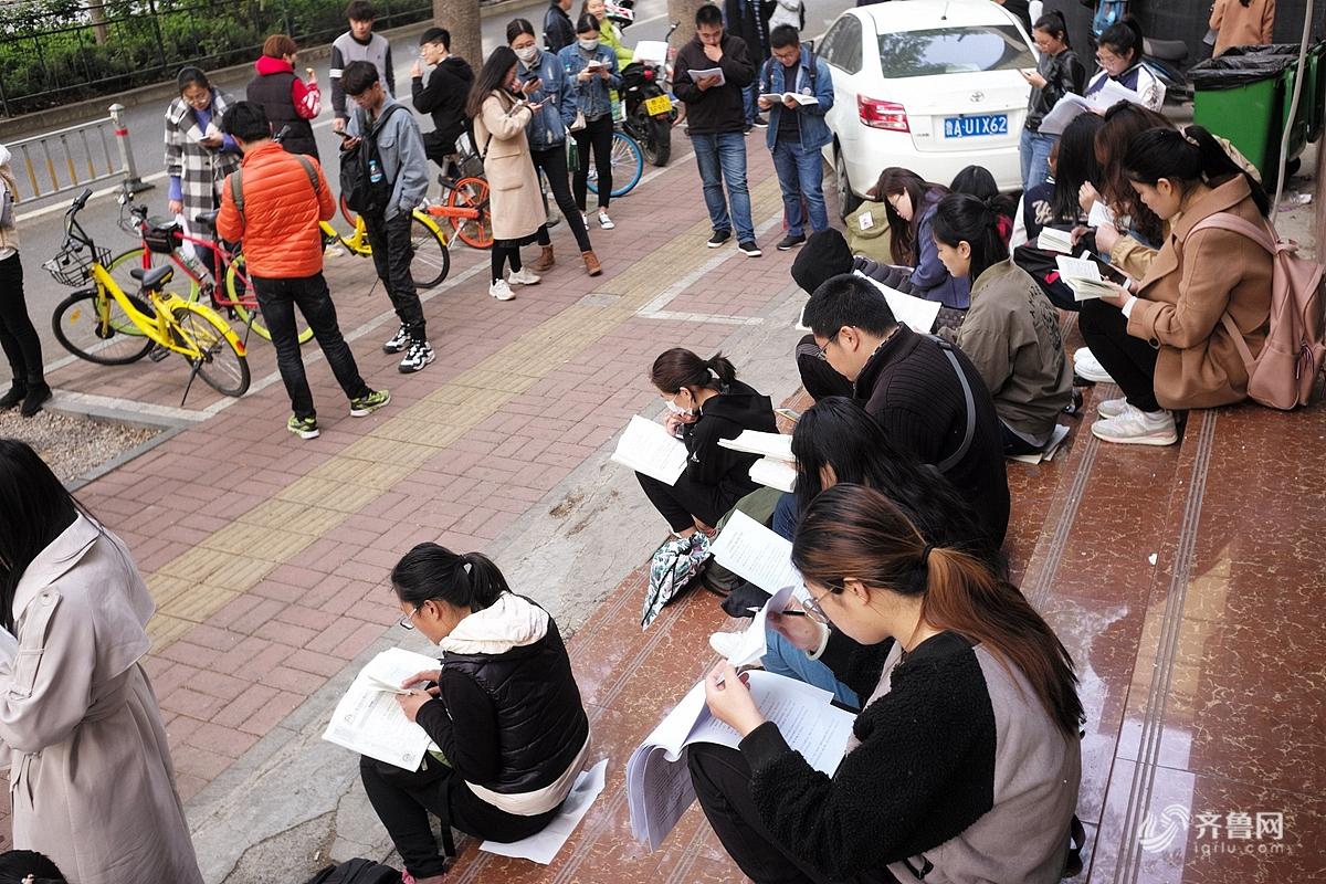 2018年4月15日,济南,一大早就有很多考生在济南第二十中学考场门外等候进场。<br/>