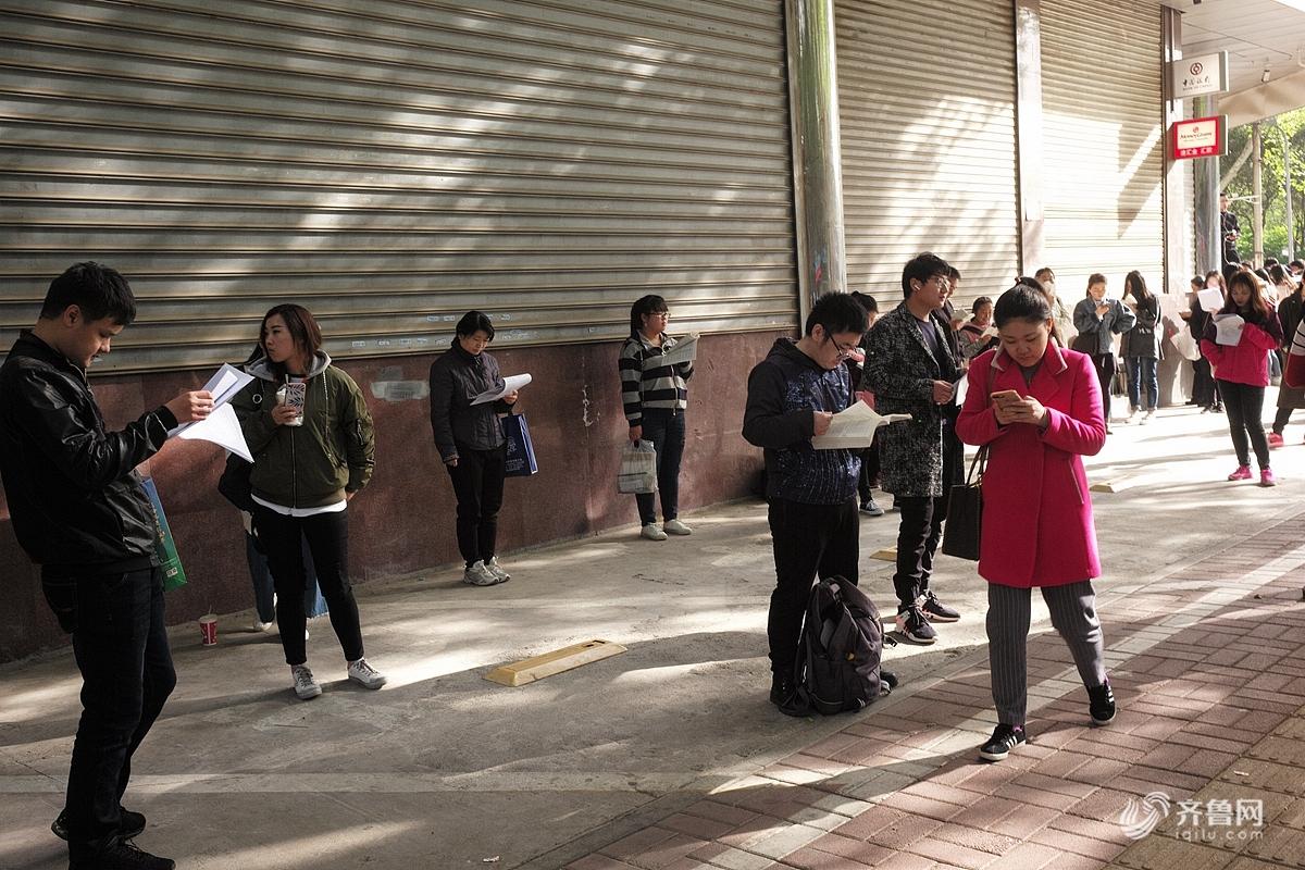 2018年4月15日,济南,一大早就有很多考生在济南第二十中学考场门外等候进场。  2018年4月15日,济南,一大早就有很多考生在济南第二十中学考场门外等候进场。<br/>