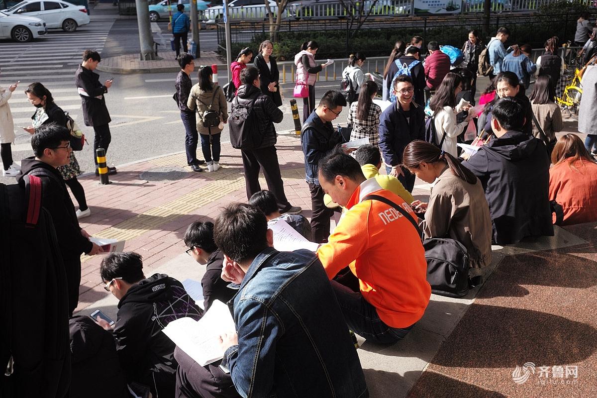 2018年4月15日,济南,当日是山东省自学考试的第二天,一大早就有很多考生在济南第二十中学考场门外等候进场。期间很多学生或坐或站,仍然捧着书本在学习背诵。
