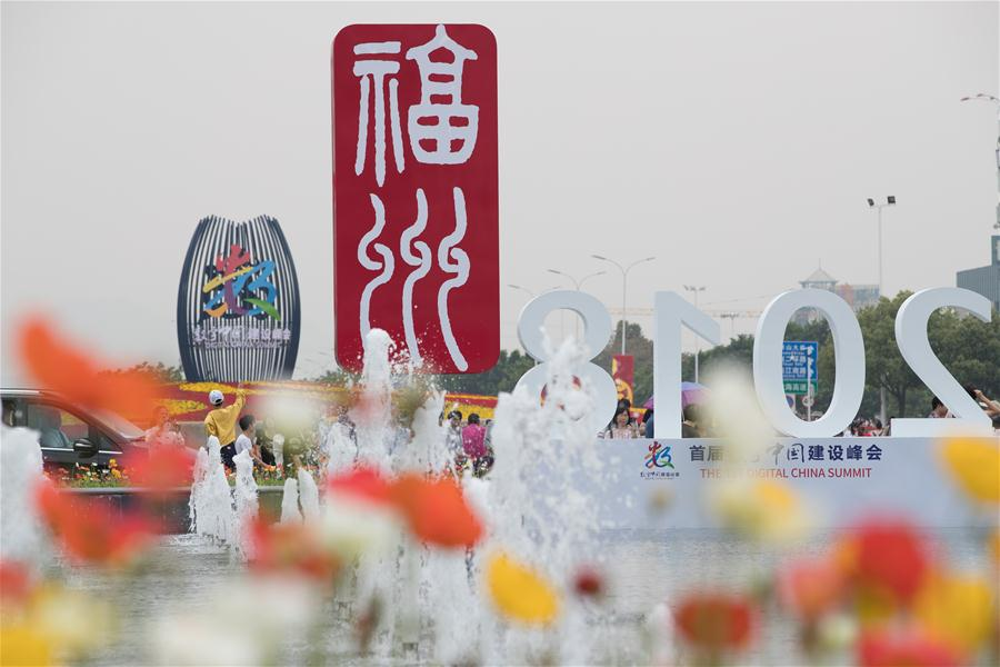 People visit the Digital China Exhibition in Fuzhou, capital of southeast China's Fujian Province, April 22, 2018. The exhibition opened to the public on Sunday, during which 293 exhibitors displayed the latest digital technology. (Xinhua/Jin Liwang)<br/>