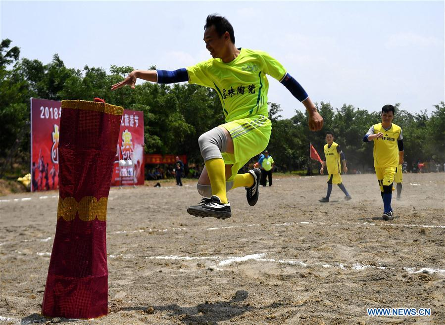 Youths of Zhuang ethnic group take part in a competition during the Buluotuo folk cultural tourism festival in Tianyang County, Baise City of south China's Guangxi Zhuang Autonomous Region, April 22, 2018. (Xinhua/Zhang Ailin)<br/>