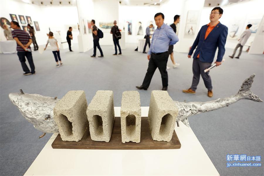 4月30日、作品を見学する来館者。(新華社記者/鞠煥宗)
