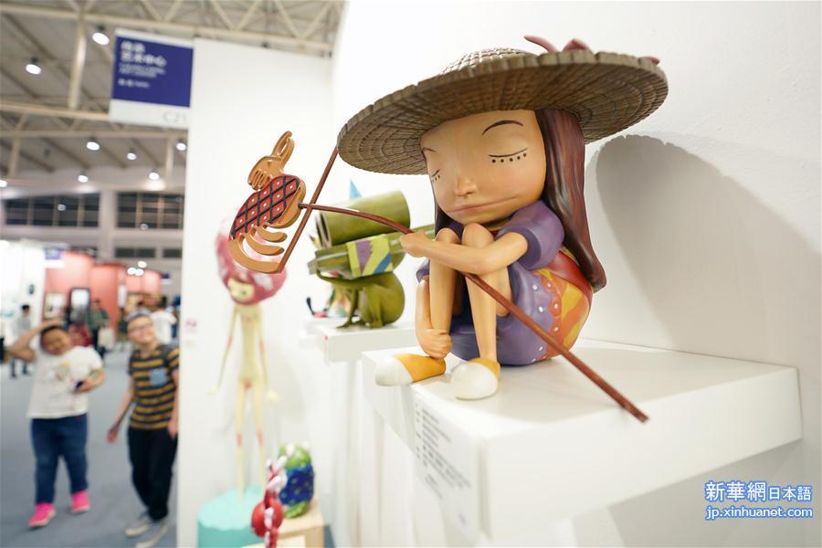 4月30日、博覧会に出展された作品。(新華社記者/鞠煥宗)<br/>  2018芸術北京博覧会が4月30日、中国北京市の全国農業展覧館で一般公開された。展覧会は現代芸術や古典芸術、デザイン芸術、公共芸術の4つの分野に分かれ展示が行われる。新鋭芸術家の作品の即売会も新たに開設され、多くの青年芸術家の作品を展示した。<br/>