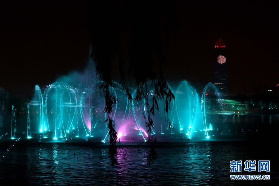 <br/>  5月6日晚,在山东省济南市大明湖,济南市重点打造的综合水秀&amp;ldquo;明湖秀&amp;rdquo;正式上演。<br/>