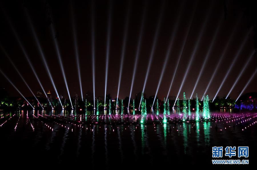 """5月6日晚,在山东省济南市大明湖,济南市重点打造的综合水秀""""明湖秀""""正式上演。"""