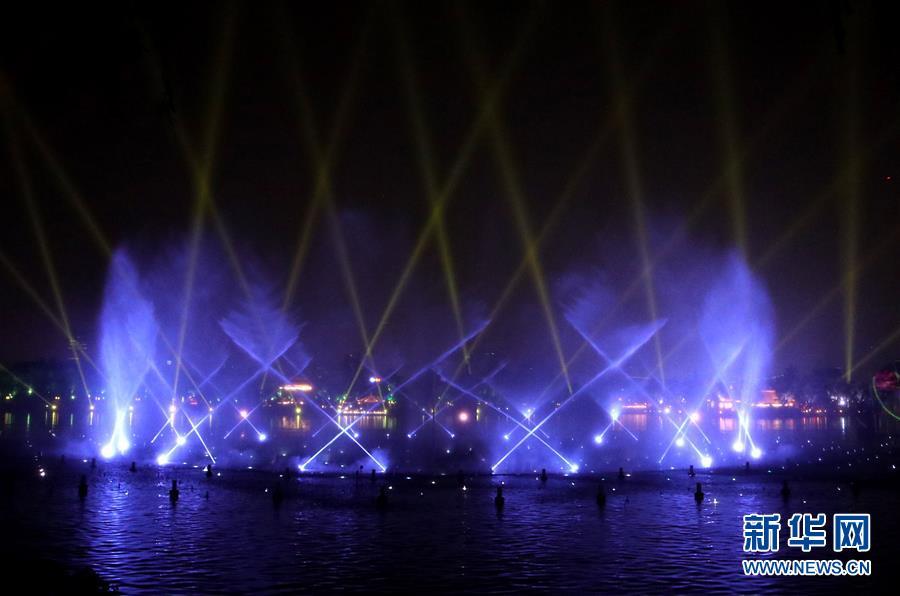 5月6日晚,在山东省济南市大明湖,济南市重点打造的综合水秀&amp;ldquo;明湖秀&amp;rdquo;正式上演。<br/>