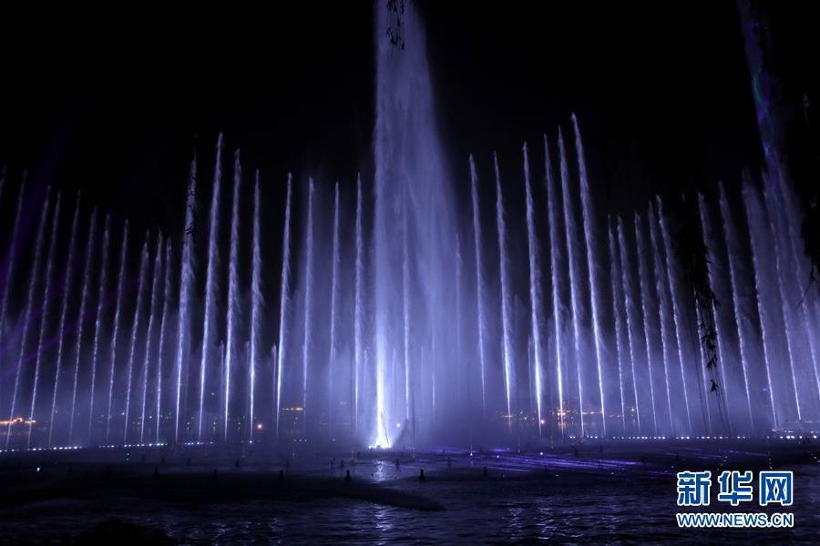 &amp;ldquo;明湖秀&amp;rdquo;以大明湖为舞台,综合运用喷泉、喷火、喷雾、升降亭台、投影激光等设施,展现了济南的独特美景。<br/>