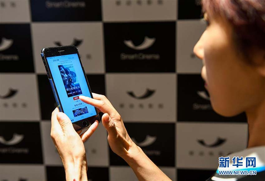 <br/>  携帯端末を使って「移動映画館」でチケット購入及び映画鑑賞の手順を見せるスタッフ(5月9日、撮影・毛思倩)。<br/>  陝西省の定軍山サブ会場で行われた第14回中国(深セン)国際文化産業博覧交易会で9日、「移動映画館」製品が発表された。この製品により、アプリを通して上映期間中の映画を見るという新たな映画鑑賞スタイルが加わることになる。「移動映画館」は2K(2048&amp;times;1080)の放映技術を採用しており、モバイル端末などの機器を使って上映期間中の映画を上映でき、その売り上げも中国の映画興行収入のデータに反映されるという。新華網が伝えた。(編集YK)<br/>
