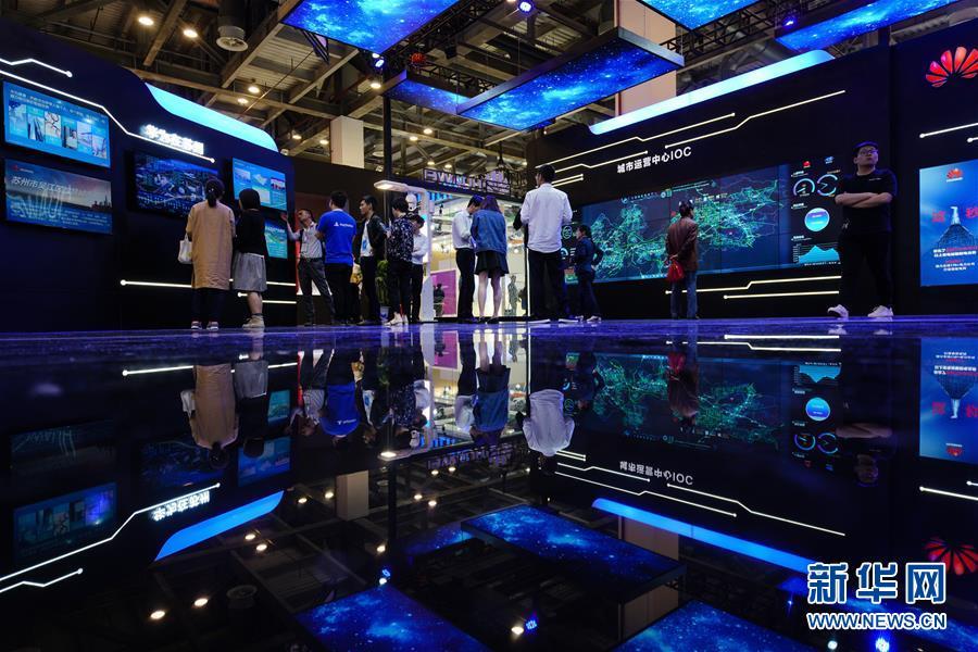 5월10일, 방문객이 2018글로벌 인공지능 제품 응용 박람회를 참관하고 있다.<br/>  당일, 2018글로벌 인공지능 제품 응용 박람회가 장쑤(江蘇)성 쑤저우(蘇州)시에서 개막했다. 이번 박람회는 3일 동안 이어질 예정으로 10여 개 국가와 지역에서 온 200여 개 기업 및 인공지능 기구가 참여했으며 1000여 가지 인공지능 신제품이 등장했다.<br/>