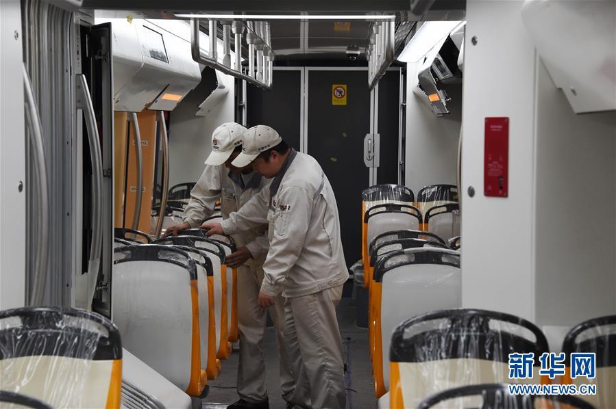 5월 10일, 덕령합 현대 궤도차는 중차 청도 사방 기관차 차량 주식유한회사 제품 테스트 라인에서 출하전 테스트를 하고 있다.<br/>  덕령합 현대 궤도차 항목 첫열차는 중차 청도 사방 기관차 차량 주식유한회사에서 조립을 마치고, 이 궤도차는 슈퍼 커패시터와 티탄산염 리튬 전지 혼합 에너지 축전 기술을 채용하고, 올해 연내 운영에 투입할 예정이고, 첫 개 티베트 고원에 출동하는 현대 궤도차가 될 것이고, 또한 세계에서 운영 해발 가장 높은 궤도차가 될 것이다.<br/>