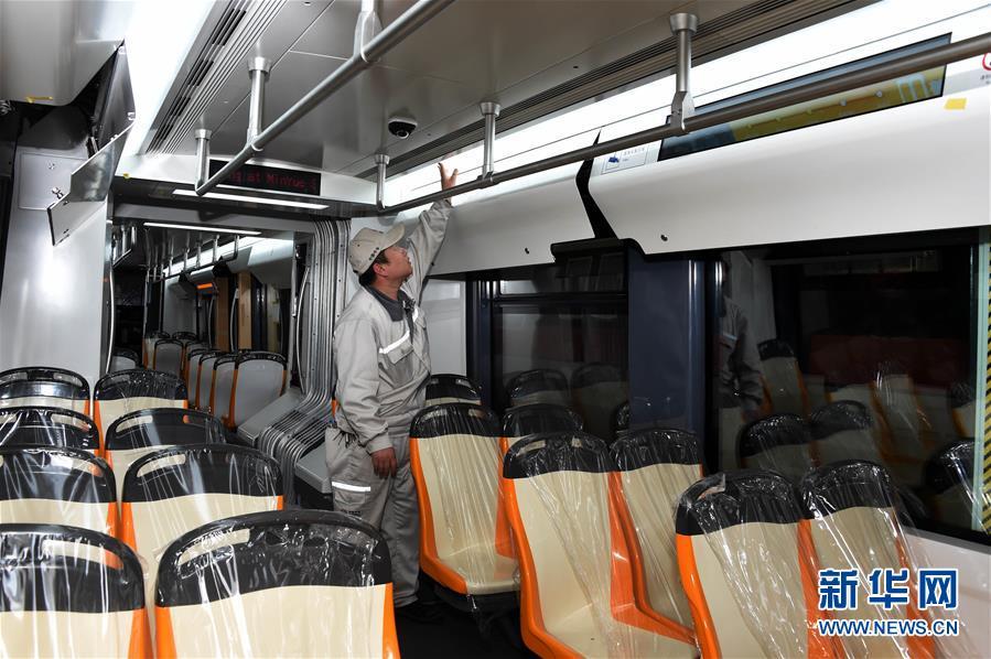 5월 10일, 덕령합 현대 궤도차는 중차 청도 사방 기관차 차량 주식유한회사 제품 테스트 라인에서 출하전 테스트를 하고 있다.<br/>