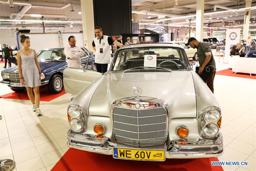 Visitors view vintage cars during the 2018 Warsaw Oldtimer Show in Nadarzyn, southwest of Warsaw, Poland, on May 13, 2018. The show was held here from May 12 to May 13, attracting about 300 exhibitors to display almost 2,000 vintage cars. (Xinhua/Chen Xu)<br/>