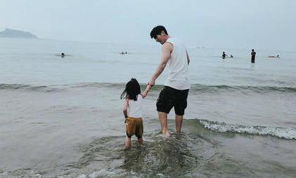 贾静雯修杰楷带孩子休假 咘咘和小男生牵手看海