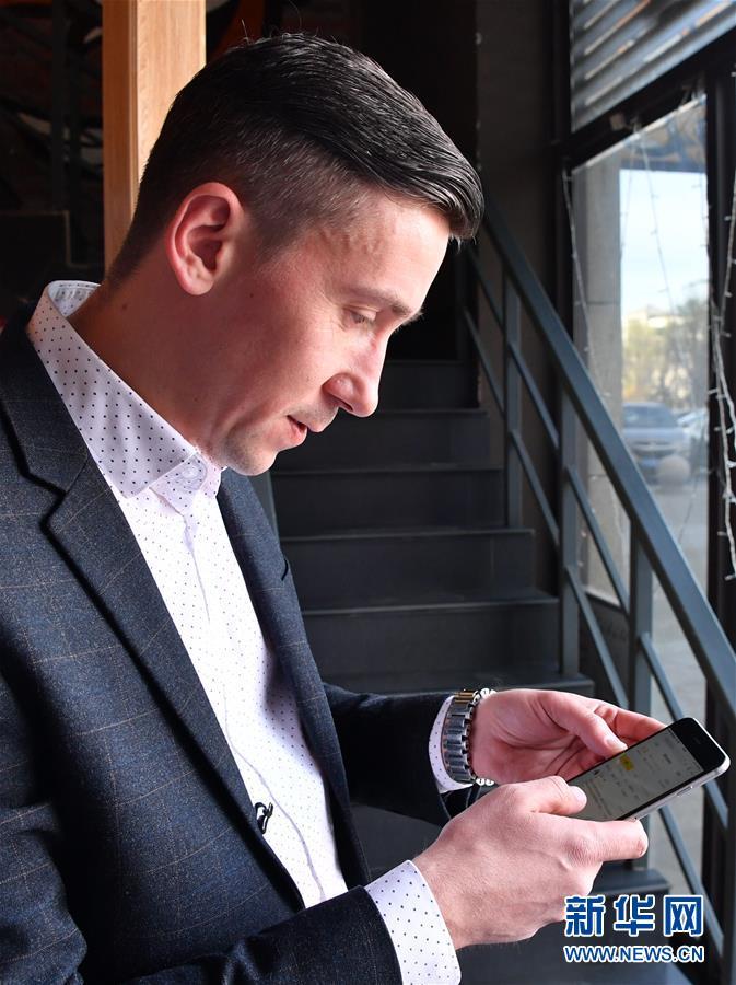 <br/>  安德烈在披萨店用手机查看销售数据(4月11日摄)。在山东省烟台市莱山区烟台大学附近,一家来自俄罗斯的连锁披萨店味美达披萨,不时吸引着过往行人。店主是38岁的安德烈&amp;middot;普拉霍拉维齐。安德烈来自俄罗斯符拉迪沃斯托克市,是味美达披萨大中国区的主要合作伙伴,这家店是他在中国开设的第一家披萨店。新华社记者 徐速绘 摄