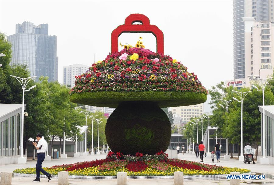 Photo taken on June 4, 2018 shows a flower installation in Qingdao, east China's Shandong Province. The 18th Shanghai Cooperation Organization (SCO) Summit is scheduled for June 9 to 10 in Qingdao. (Xinhua/Zhu Zheng)<br/>