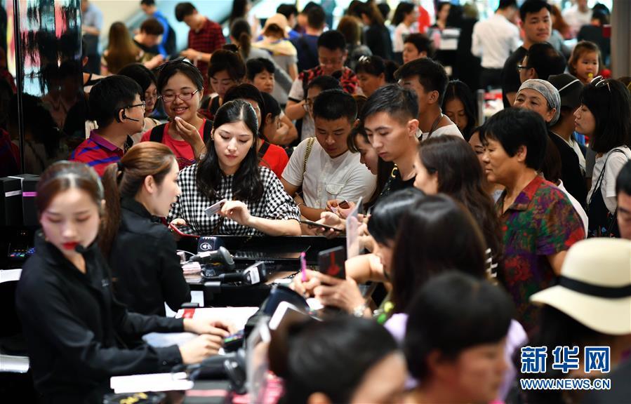 고객들이 하이난 싼야 하이탕(海棠) 베이 면세점 내 화장품 가게에서 계산을 하고 있다.<br/>