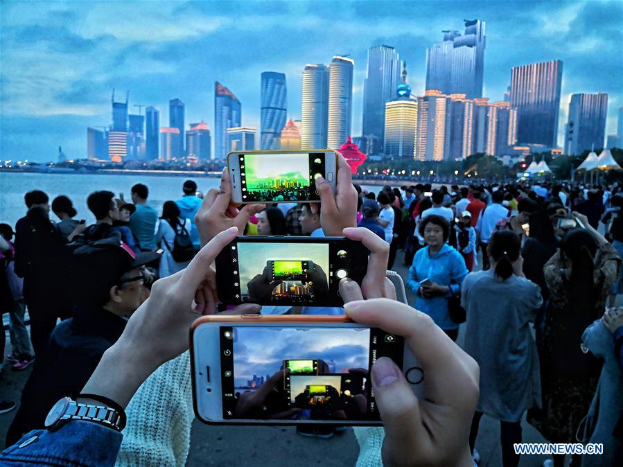 Tourists take photos of the night view of Fushan Bay in Qingdao, east China's Shandong Province, June 3, 2018. The 18th Shanghai Cooperation Organization (SCO) Summit is scheduled for June 9 to 10 in Qingdao. (Xinhua/Purbu Zhaxi)<br/>