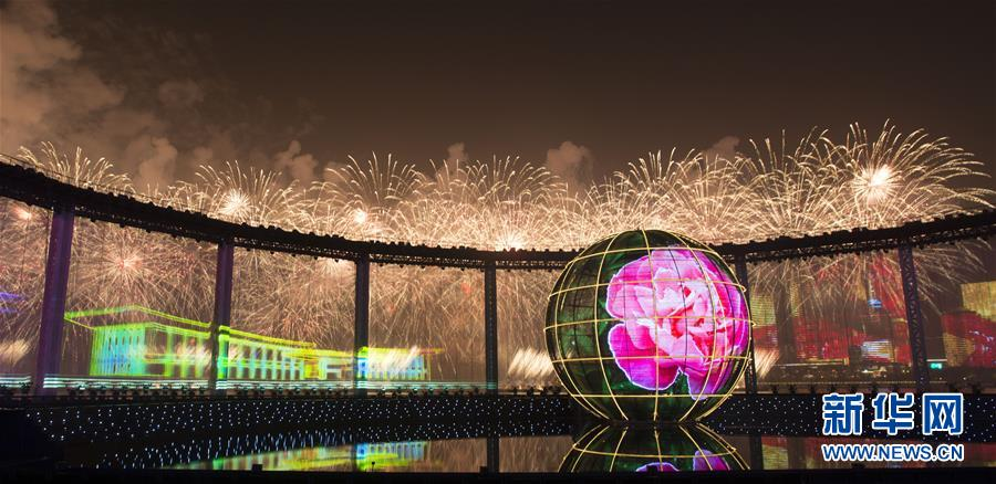 6월 9일부터 10일까지 상해협력기구청도정상회의가 산동성 청도시에서 열린다.<br/>  9일 밤 청도시에서는 '멀리서 찾아온 친구들'을 주제로 한 불꽃쇼 공연이 펼쳐졌다.<br/>