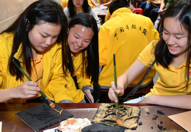 Philippine teenagers explore Chinese characters in Yantai