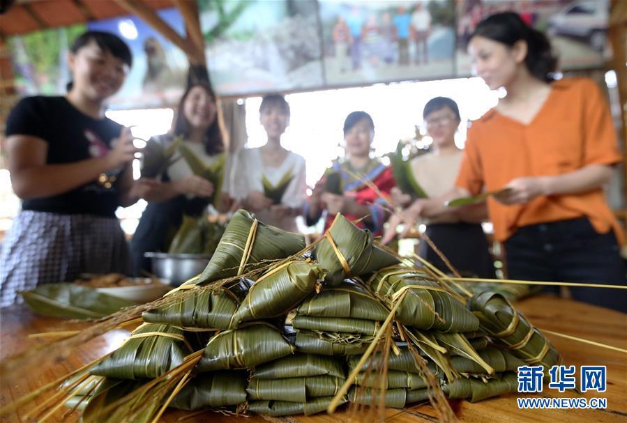 6월 12일 융안현 아요향 주민들이 채색 종자를 만들고 있는 모습이다.<br/>