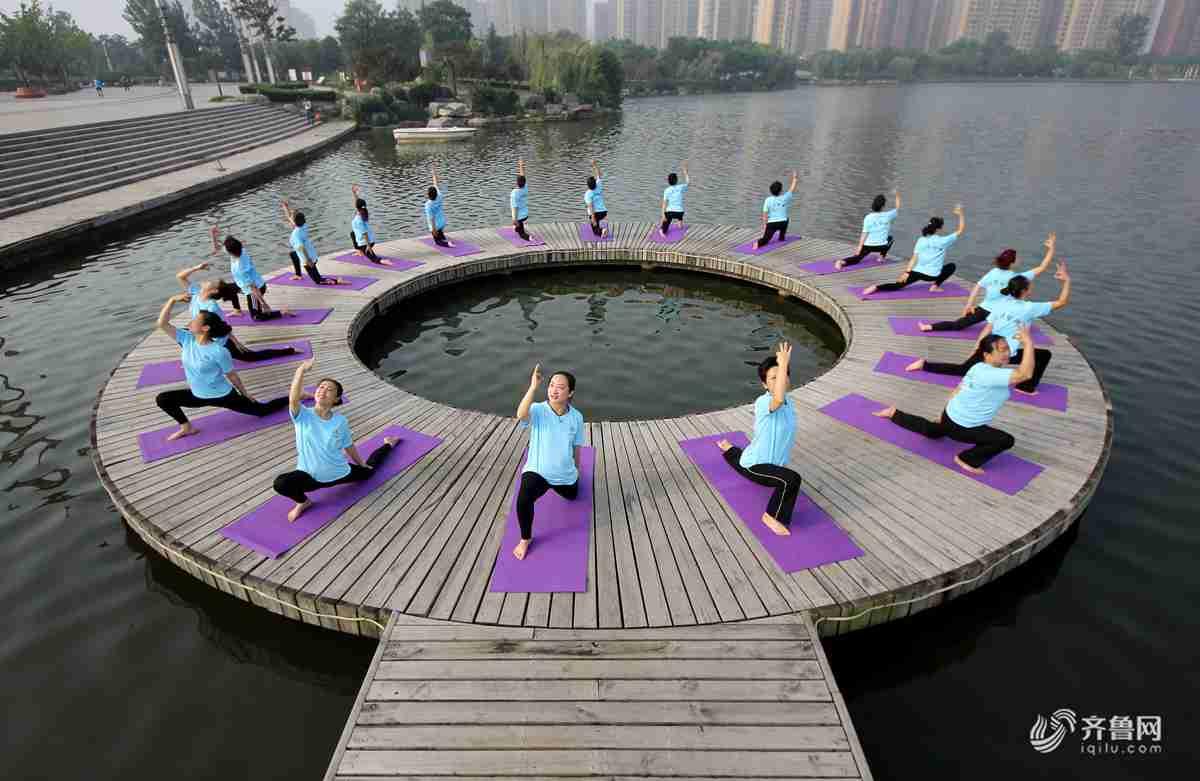 6月20日,山东省枣庄市众多瑜伽爱好者在枣庄东湖公园。<br/>