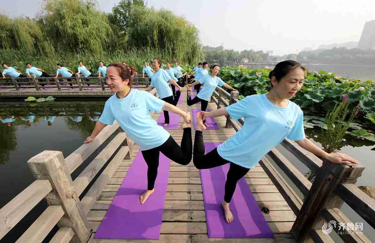 2018年6月20日,山东省枣庄市众多瑜伽爱好者在枣庄东湖公园练瑜伽。<br/>