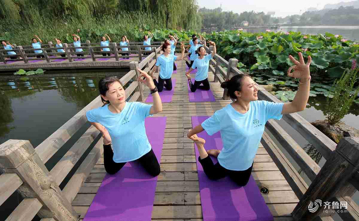 2018年6月20日,山东省枣庄市众多瑜伽爱好者在枣庄东湖公园练瑜伽。