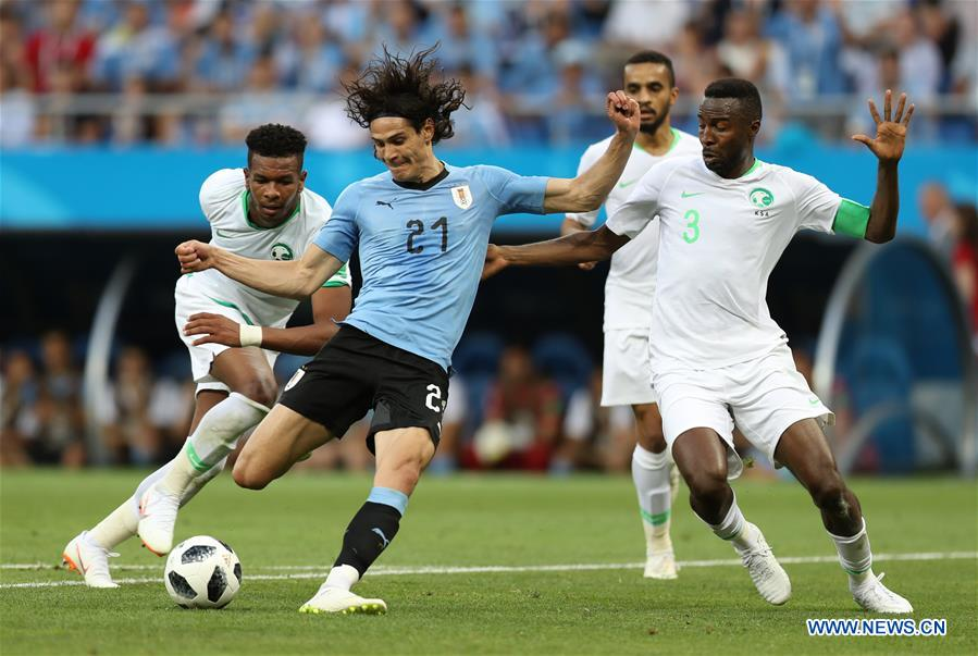Edinson Cavani (2nd L) of Uruguay shoots during a Group A match between Uruguay and Saudi Arabia at the 2018 FIFA World Cup in Rostov-on-Don, Russia, June 20, 2018. (Xinhua/Lu Jinbo)<br/>