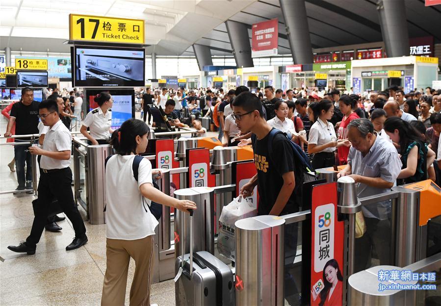 1日、北京南駅で改札を通る旅客。(新華社記者/張晨霖)<br/>