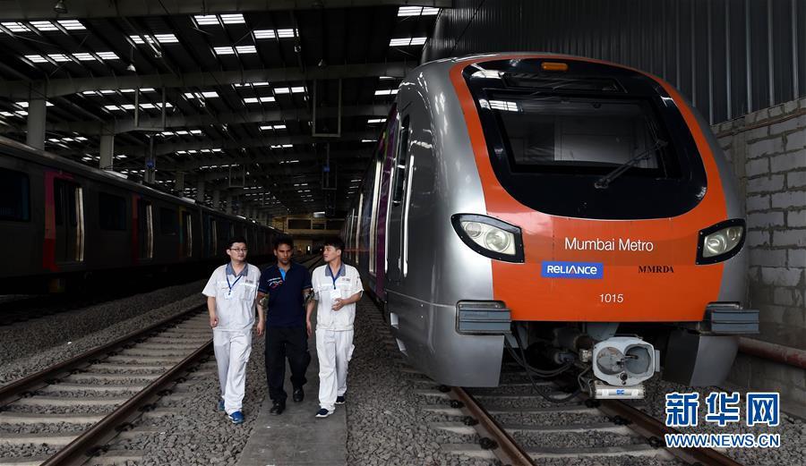 6월27일, 인도 봄베이에서 중국과 인도 직원이 봄베이 지하철 1호선 차량 구간에서 점검 작업을 하고 있다.<br/>  인도 봄베이 지하철1호선은 2014년 6월8일에 정식으로 운영을 시작했다. 해당 지하철 노선을 달리는 차량은 중처난징푸전(中車南京浦鎭)차량유한회사가 제조했으며 일일 승객 운송량은 약 40만 명이다. 지하철 차량에 대한 현지의 평가는 넓고 밝고 편하며 여성 전용 차칸도 마련돼 있어 여성의 안전한 외출 수요를 도왔다는 등 호평일색이다. 또 지하철 운영 4년 동안 한 번도 고장이 발생하지 않은 것으로 알려졌다.<br/>