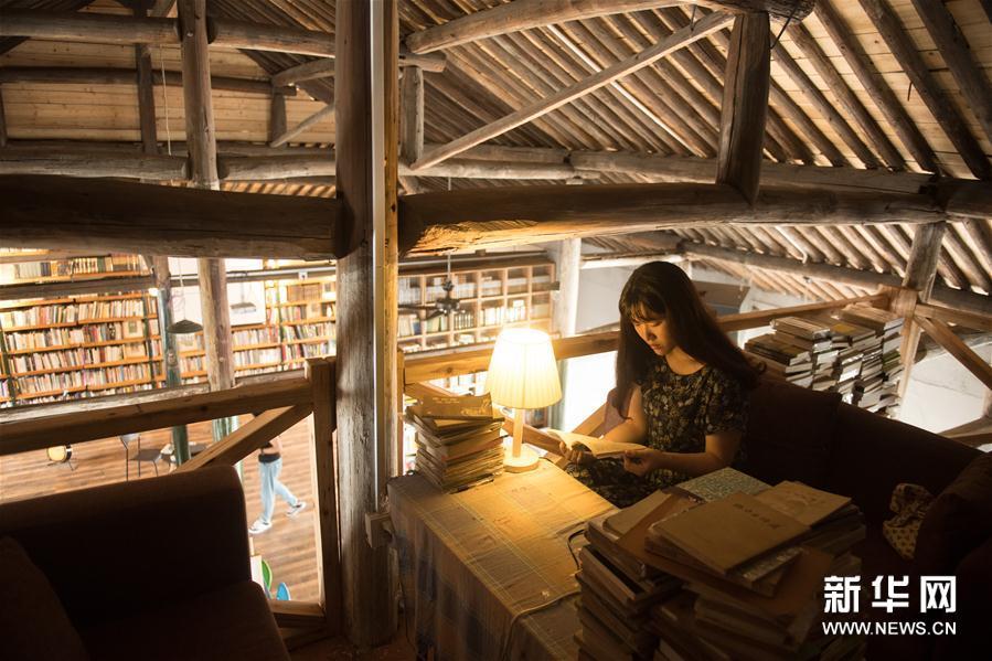 荒原書店で読書中の女性。<br/>  「人民網日本語版」2018年7月8日