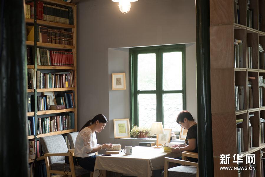 浙江省紹興市出身の銭華さん(56)は、同市で未使用の状態だった古い建物をリフォームして書店にした。銭さんはその書店の唯一の店員だ。新華網が報じた。<br/>  銭さんは大学に通ったことはないものの、読書が大好きで、「どの都市にも、書店らしい書店が必要。私には何のとりえもないが、この書店を故郷に捧げたいという思いは強い」と話す。2017年、歴史ある八字橋の近くでオープンしたこの「荒原書店」は、落ち着いたレトロな雰囲気が漂い、コンサートや芸術展、文化サロン、映画鑑賞会などのイベントを不定期開催しており、静かな古城の文化ランドマークとなっている。(編集KN)<br/>