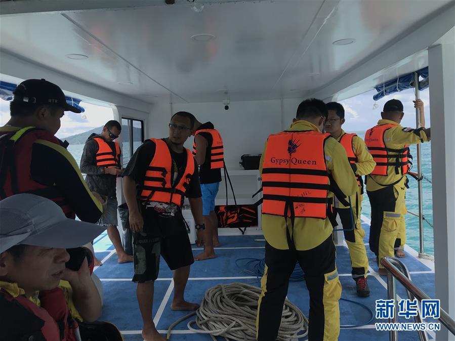 8일 오전 9시까지 태국 푸켓섬 여객선 전복사고에서 중국인 41명이 숨졌다고 태국 주재 중국 대사관이 확인했습니다.<br/>  지금까지 이번 사고로 42명이 숨지고 14명이 행방불명입니다.<br/>  8일 오전 12명으로 구성된 교통운송부 광주 인양국의 구조팀과 절강 민간인 구조팀으로 구성된 두팀의 중국 구조팀이 현지의 수색구조 및 인양작업에 합류했습니다.<br/>