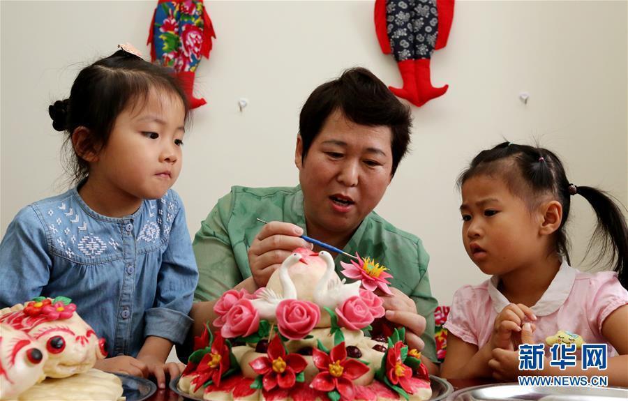 <br/>  暑假期间,山东省枣庄市一些学生利用假期学习当地&amp;ldquo;非遗&amp;rdquo;技艺,感受传统文化的魅力,丰富假期生活。<br/>